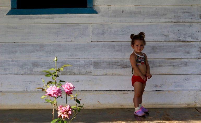 Au détour d'une maison traditionnelle cubaine, je tombe nez à nez avec cette fillette. Elle semble à la fois curieuse et anxieuse de voir des étrangers devant chez elle. © Lucie Martin/Worldzine