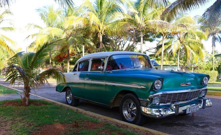 Que serait Cuba sans ses vieilles voitures mythiques américaines des années 50, témoins de l'embargo qui a donc contraint le marché à survivre pendant plus de cinq décennies sans importations et sans exportations pour les voitures (et les pièces de voitures). Ces voitures de collection sont omniprésentes aussi bien dans les villes que sur les routes cubaines. Elles font partie de l'identité de l'île. © Lucie Martin/Worldzine