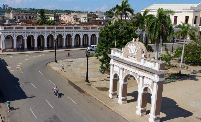 Si l'on se promène dans une des larges avenues rectilignes sur centre-ville, on rejoint la Plaza de Armas, bordée d'édifices néoclassiques uniques sur l'île. Ils témoignent des influences françaises de la cité qui a été fondée par des Bordelais en 1819. L'Arc de triomphe qui se dresse sur la place est unique à Cuba et rend hommage à la gloire de la République naissante en 1902. © Lucie Martin/Worldzine