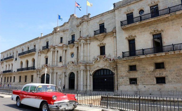 Les vieilles voitures sont omniprésentes dans les rues de Cuba © Lucie Martin/Worldzine