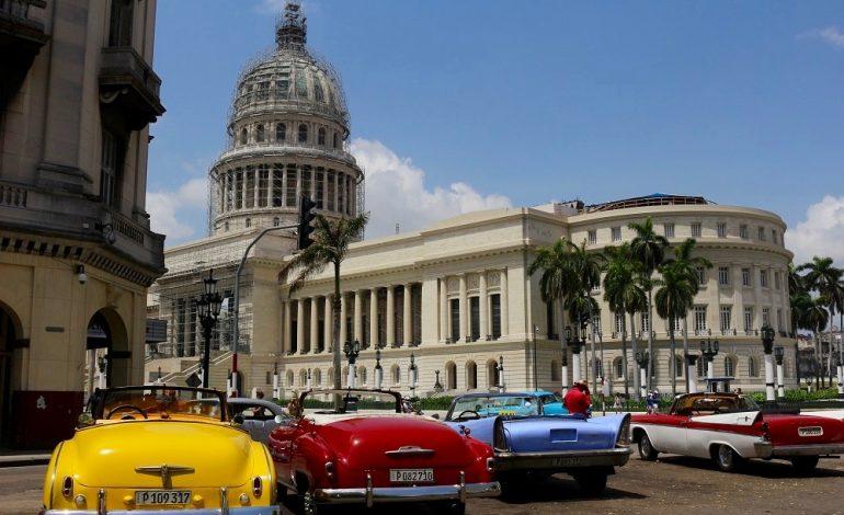 Dans les rues de la capitale cubaine, La Havane, c'est un défilé de vieilles voitures américaines toutes plus belles les unes que les autres! Petit clin d'œil à Washington avec cette copie du capitole «Le Capitolio». C'est le siège de l'académie des sciences cubaines. Avant la révolution de 1959, le gouvernement y avait son siège. © Lucie Martin/Worldzine