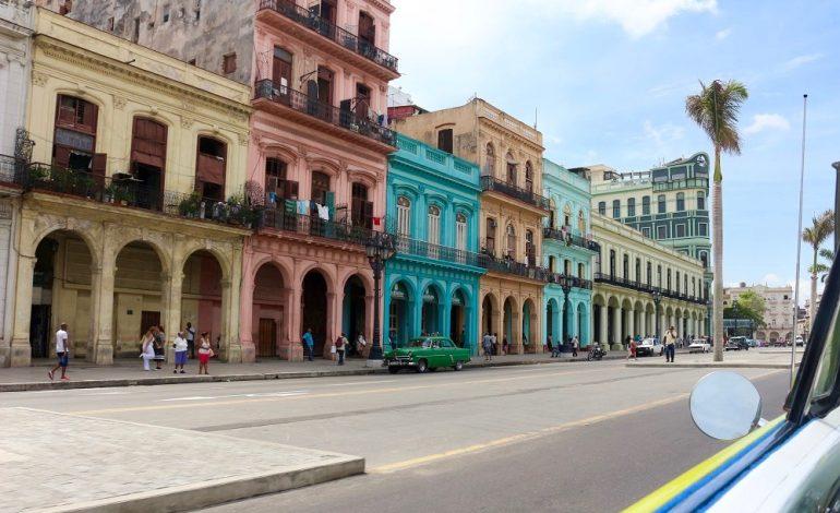 Pour avoir un aperçu de La Havane, il suffit d'embarquer dans une vieille voiture américaine qui fait office de taxi et garantit un tour de la ville, cheveux au vent.