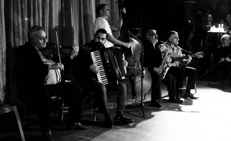 Le groupe de musiciens sur la scène ©Malika Barbot/Worldzine