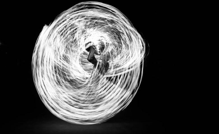 Rose, une des filles Romanès, fait tourner des cordes en feu autour d'elle ©Malika Barbot/Worldzine