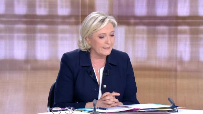 Marine Le Pen consultant ses notes lors du débat présidentiel