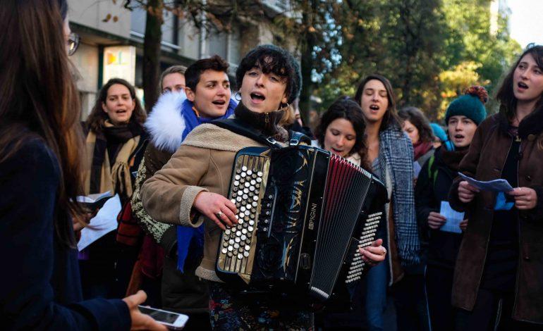 La chorale Les Bobettes a pris part au cortège. Le groupe est exclusivement féminin et chante des chants féministes et anti-guerre. Accompagnées d'accordéon, elles s'expriment en bulgare, français et brésilien . © Malika Barbot / Worldzine