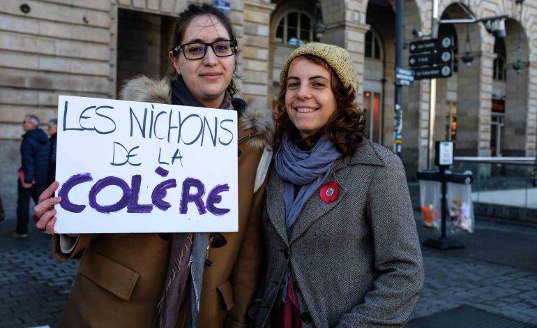 """Lucie Tisserand a fabriqué sa pancarte : """"Les nichons de la colère"""" © Malika Barbot / Worldzine"""