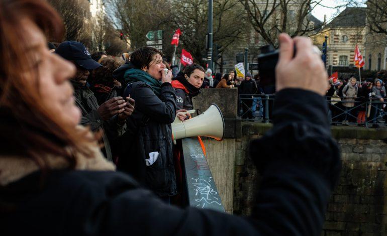 Les manifestants sur la pont Pasteur en face de la banderole suspendue sur la Vilaine© Malika Barbot / WorldZine