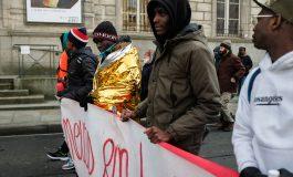 Avec et sans papiers manifestent contre la loi asile-immigration