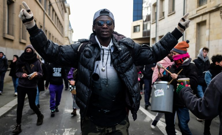 Ali manifestant à coeur joie. © Malika Barbot / WorldZine