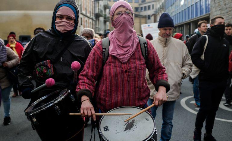 La manifestation a été ryhtmée au son des tambours. © Malika Barbot / WorldZine