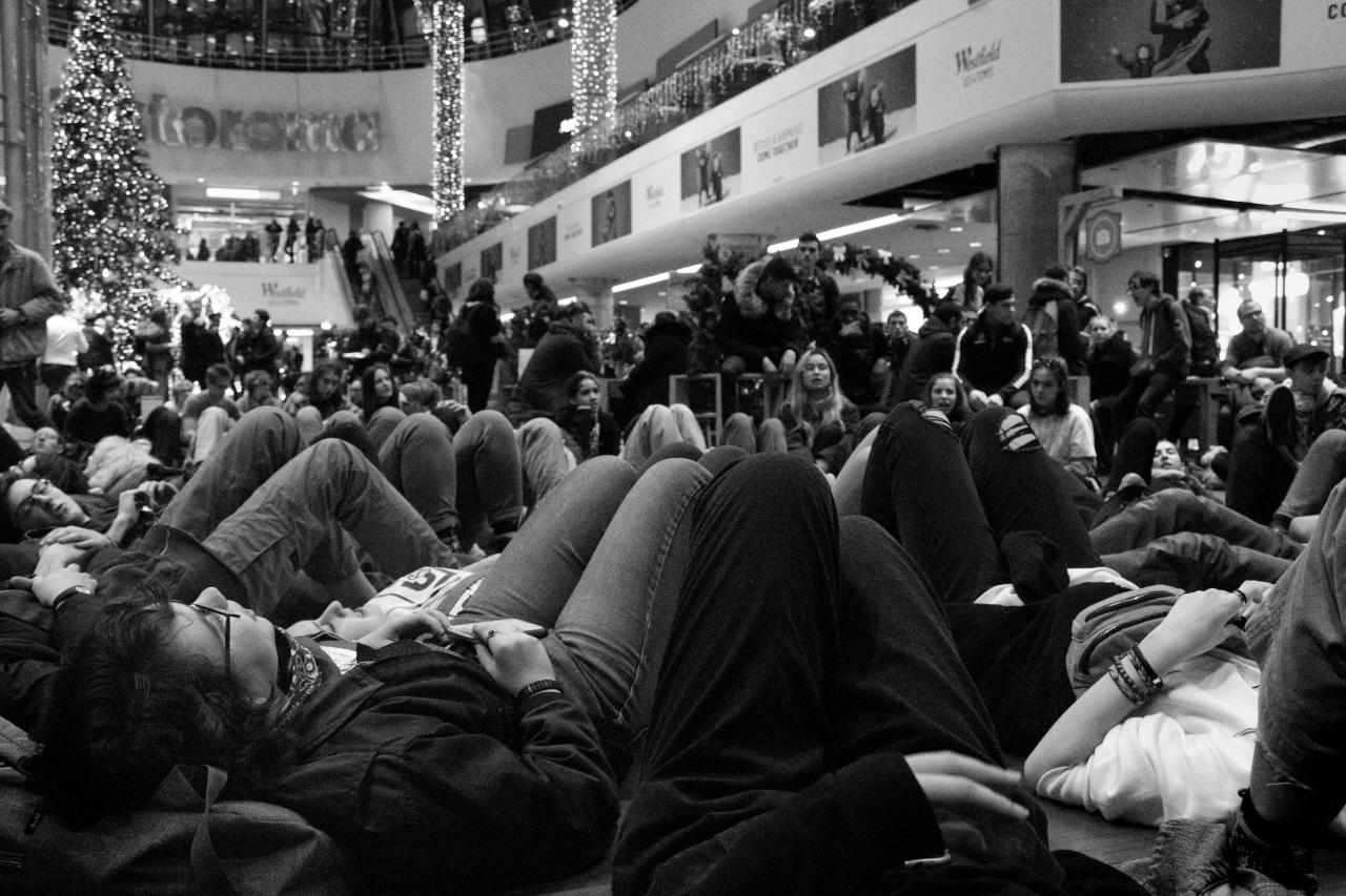 Le dernier sitting du Block Friday se déroule sous le sapin de Noël du centre commercial des Quatre Temps.